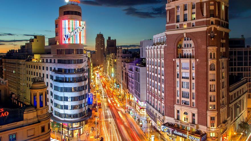 Vista desde lo alto de la Gran Vía de Madrid de noche