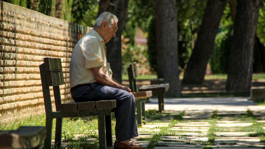 Hombre solo sentado en un banco