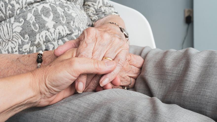 Manos personas mayores enlazadas