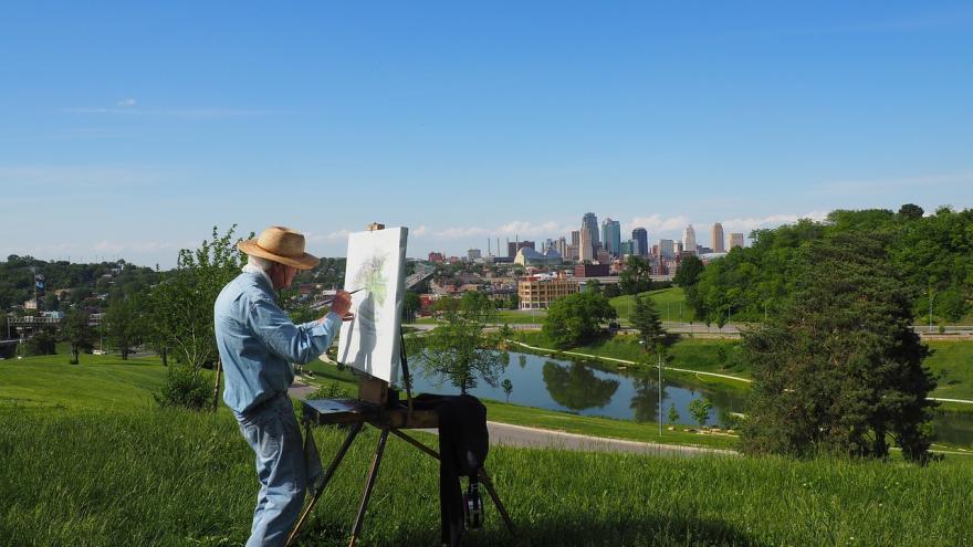 Hombre mayor pintando un lienzo
