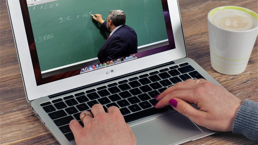 Manos sobre teclado ordenador portatil