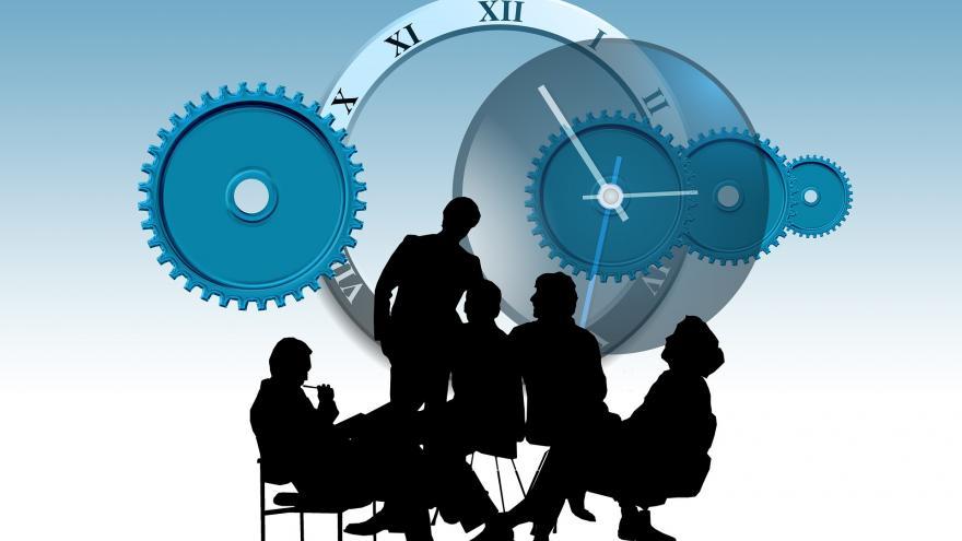 varias siluetas de un grupo de personas con el engranaje de un reloj al fondo