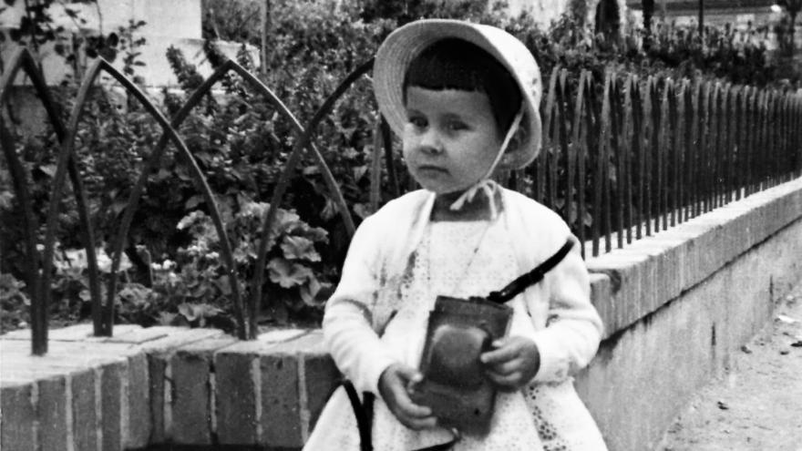 Imagen de niña con cámara fotográfica en Alcalá de Henares