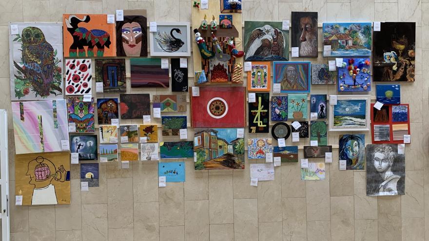Vista general de las más de 50 obras expuestsa en el hall del Hospital Universitario de Móstoles