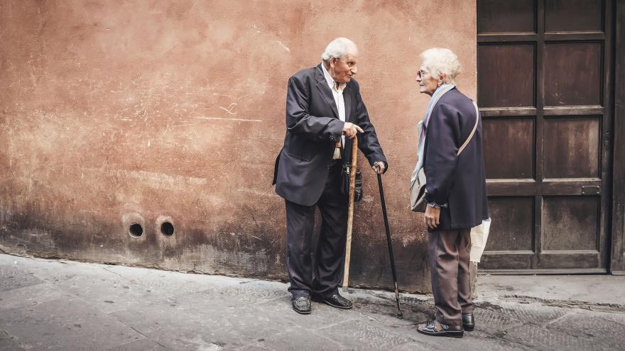 Dos ancianos charlan en la calle