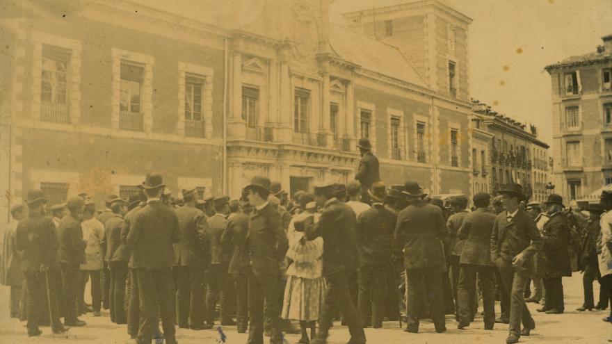 Imagen de la multitud delante del palacio de Santa Cruz
