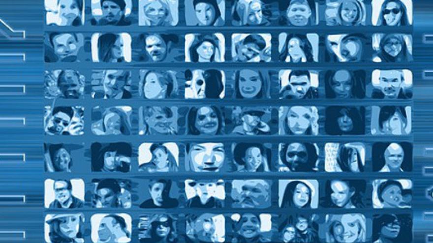 Imagen de muchas pequeñas pantallas con caras sobre una placa de circuitos, todo azul