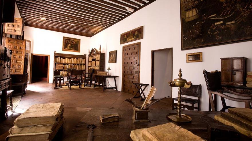 Vista del estudio de Lope de Vega donde se ven estanterías con libros, sillas y mesas antiguas