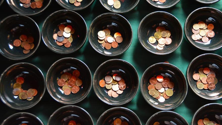 Cuencos con monedas de euro.