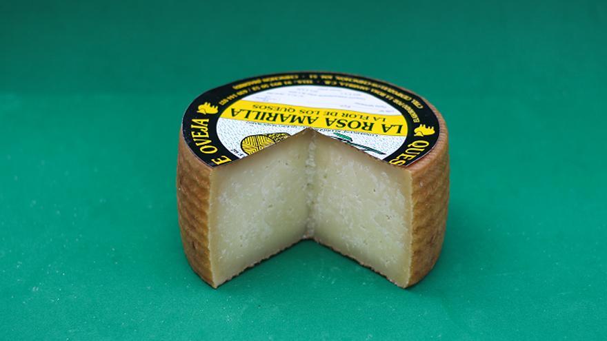 Fotografía de un queso La Rosa Amarilla curado