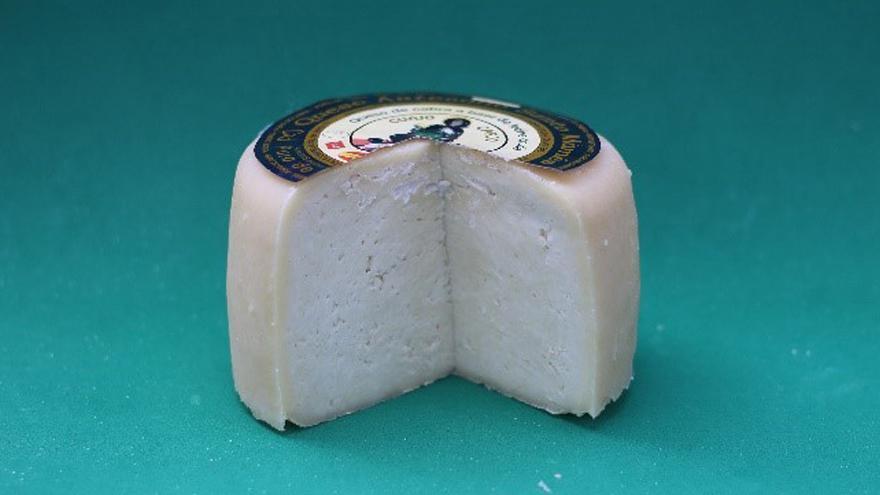 Fotografía de un queso Santo Mamés puro de cabra