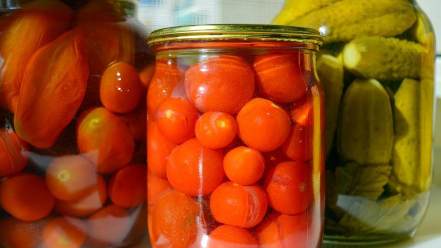 botes de conservas con tomates cherry, pepinos y otros