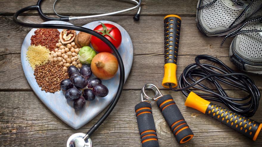 Alimentos saludables, zapatillas de deporte y aparatos de fitness