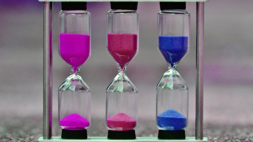 Relojes de arena de colores: rosa, rojo y azul