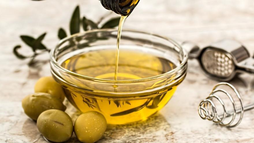 Recipiente con aceite de oliva