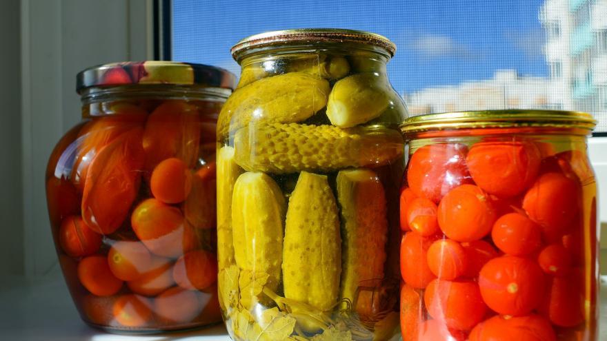 Conservas caseras de pepinos y tomates