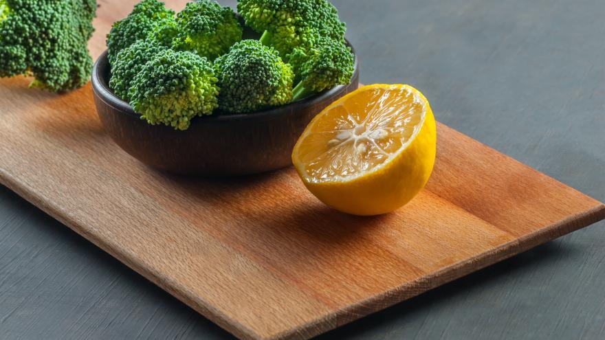 brócoli y medio limón sobre una mesa