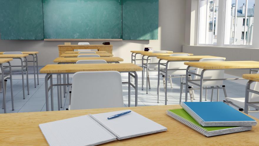 mesa de aula de colegio con cuadernos