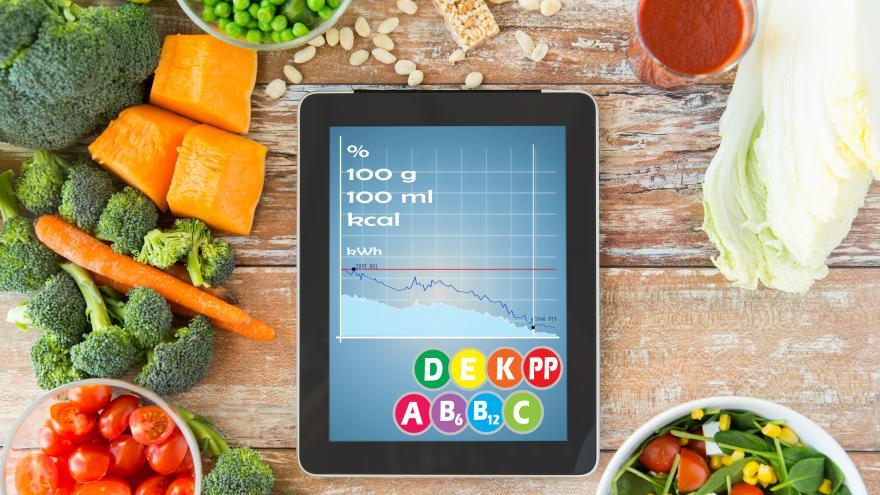 varios alimentos alrededor de una tablet