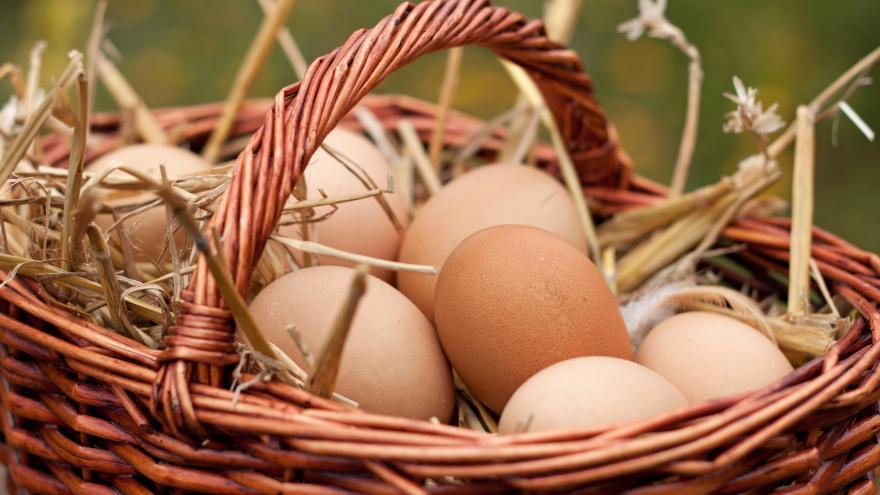 Huevos frescos de gallina en una cesta