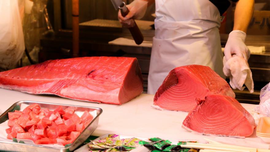 piezas de atún en una pescadería