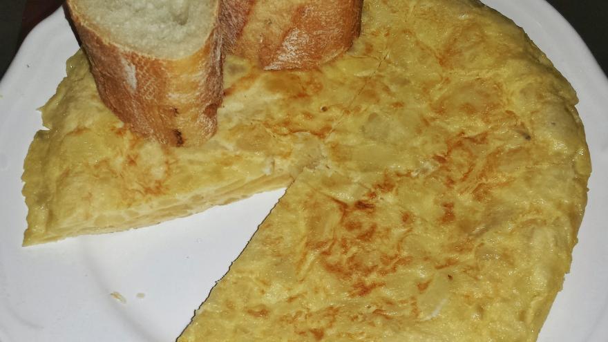 plato con pincho de tortilla y pan