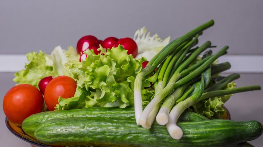 manos sosteniendo verduras