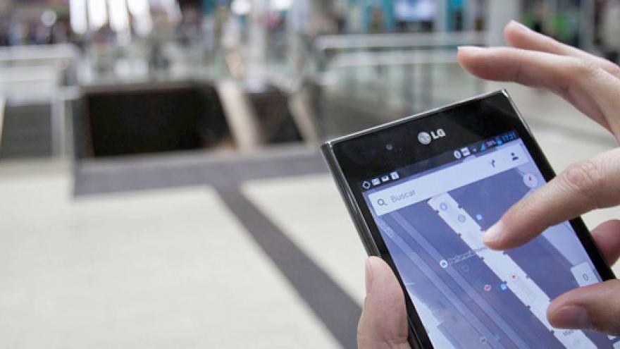 Mano sosteniendo un móvil y ampliando la imagen de la pantalla