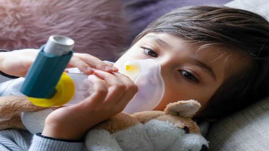 Niño usando un inhalador administrado con cámara