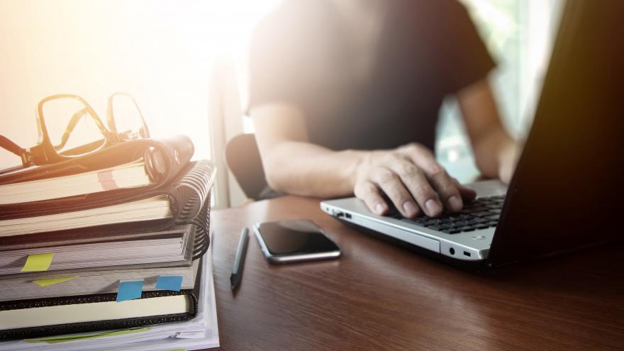 Un joven usando el ordenador