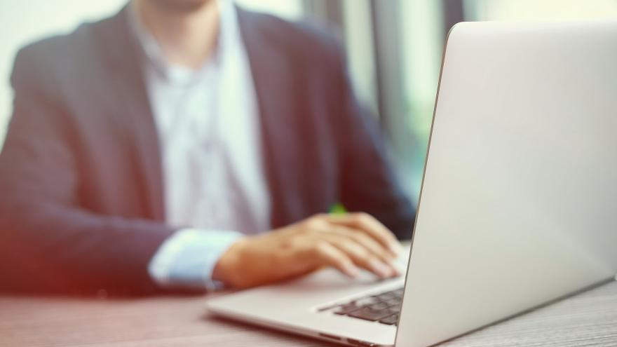 Un hombre consulta el ordenador