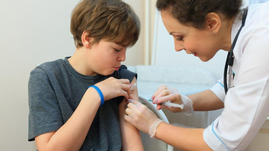 Enfermera vacunando a un adolescente