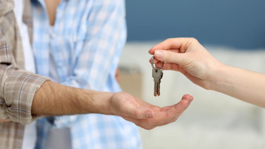 Una pareja recibe las llaves de su vivienda