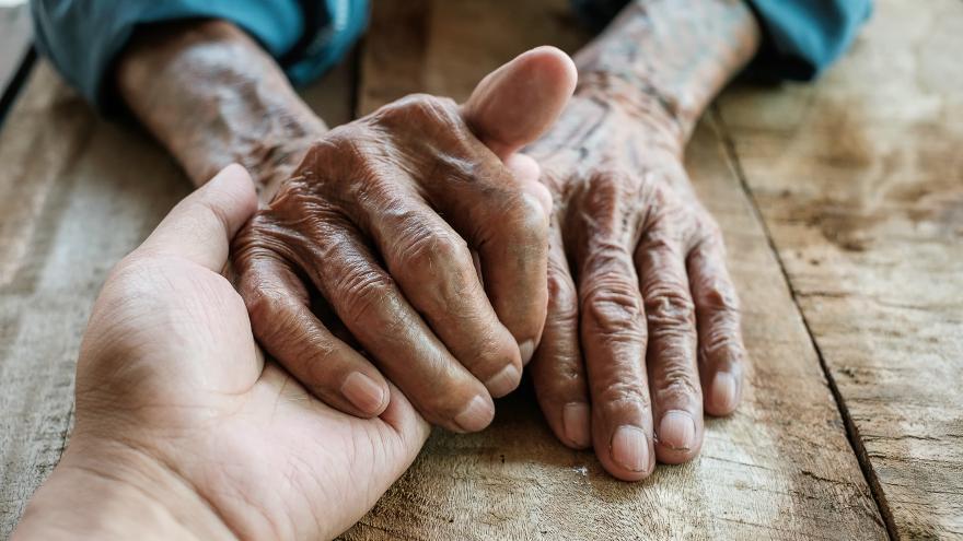 Un hombre coge las manos de otro mostrándole apoyo