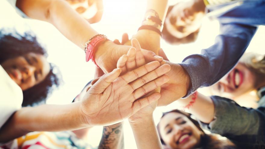 Un grupo de personas con las manos unidas