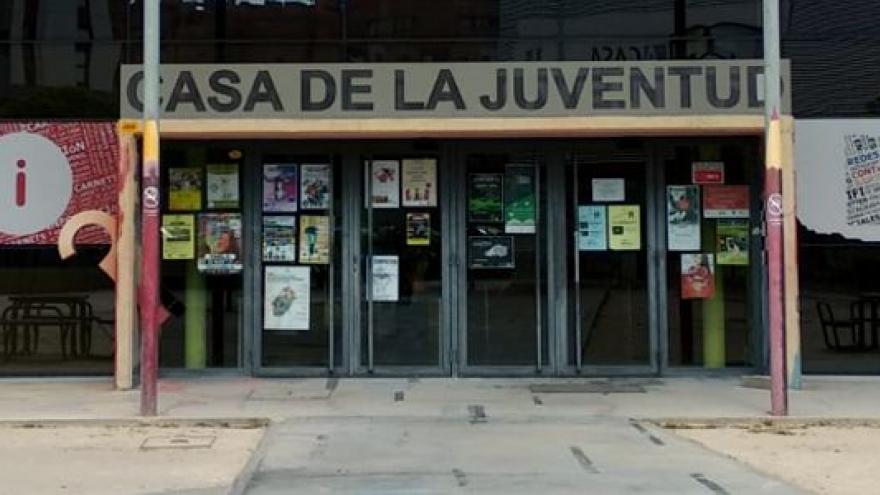 Fachada y puerta principal del Centro de Información Juvenil de Parla