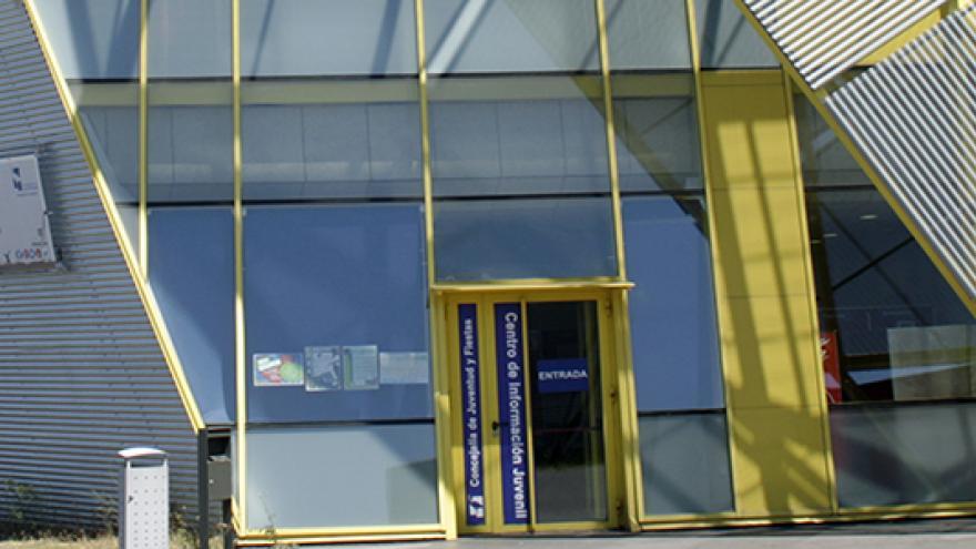 Edificio de cristales del centro de información juvenil de las Rozas