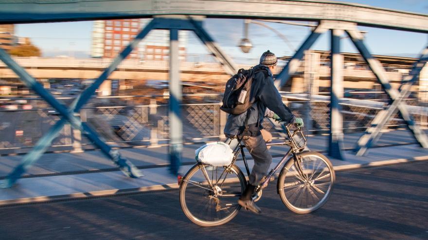 Joven en bici por la ciudad