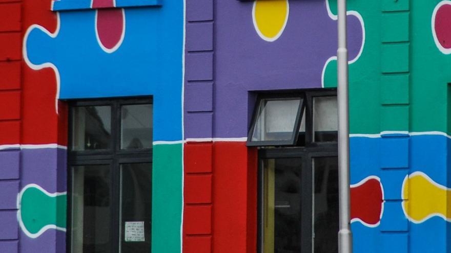 Fachada pintada con piezas de puzle de colores
