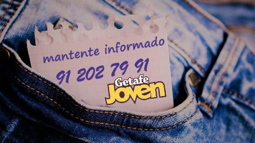 Bolsillo de pantalón vaquero con nota de número de teléfono y texto