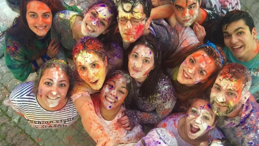 Grupo de jóvenes con las caras pintadas