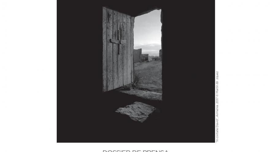 Cartel XVIII Edición Festival Arte Sacro con fotografía ventana de madera con vistas al exterior