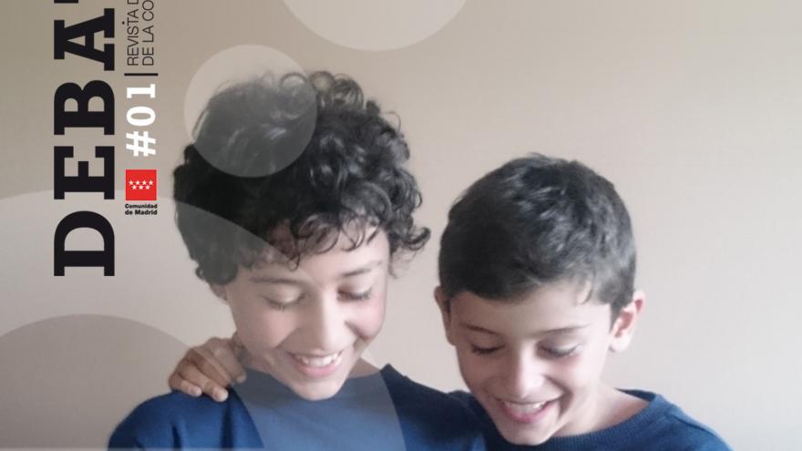 Niños mirando una tablet