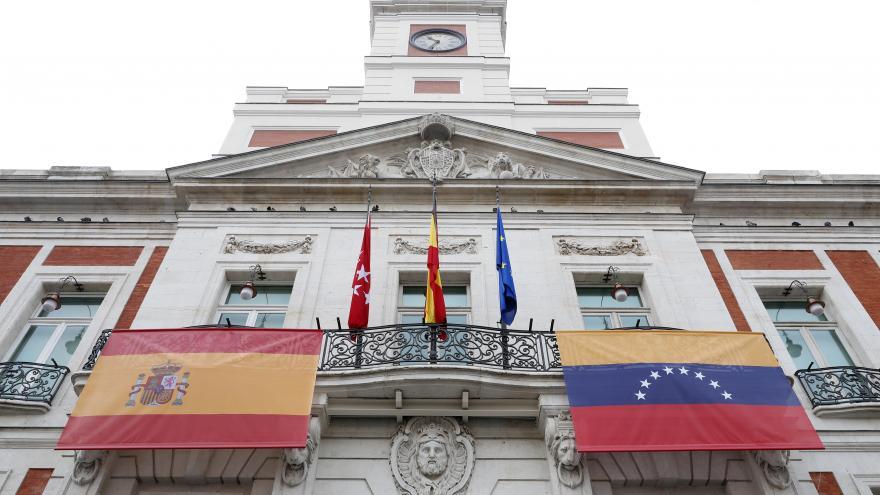 La sede del Gobierno regional en la Puerta del Sol luce en su balcón principal la bandera de Venezuela 1