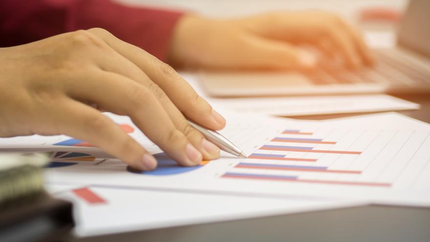 Una mujer de negocios analizando gráficos de inversión