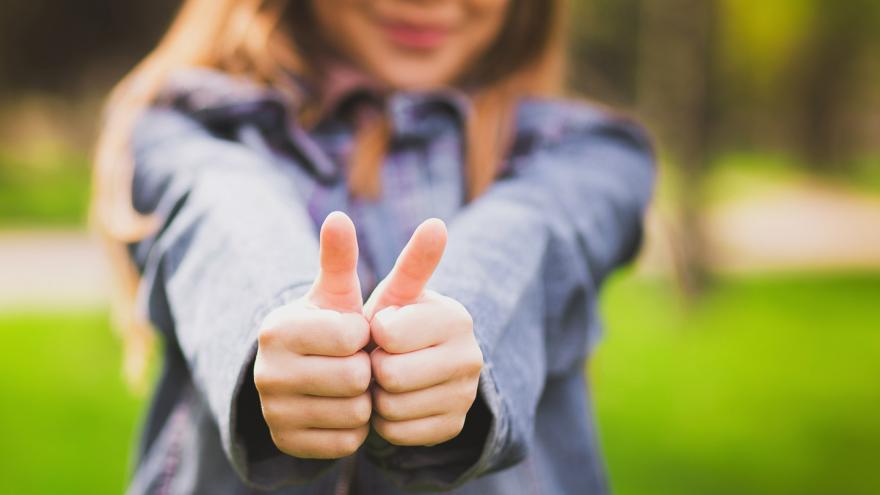 Mujer realizando con las manos un gesto asertivo