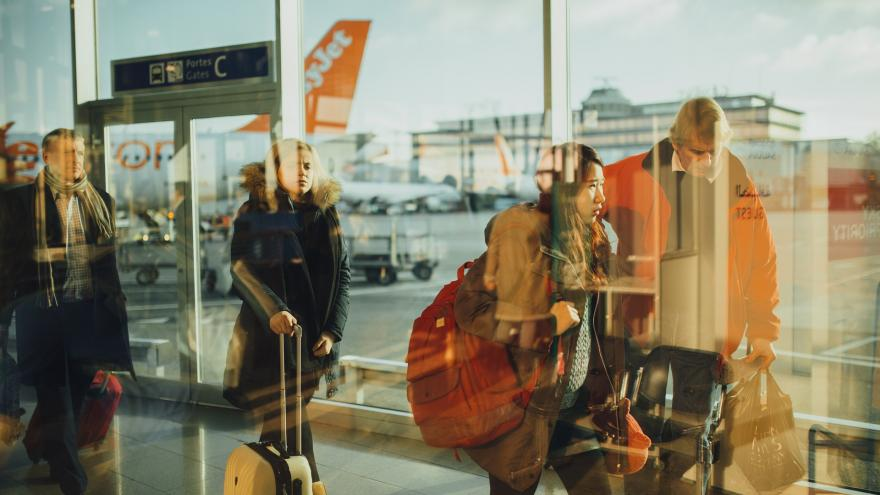 Jóvenes en aeropuerto