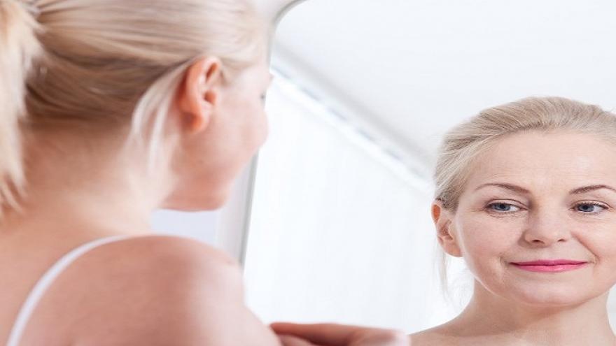 Mujer mirándose a un espejo