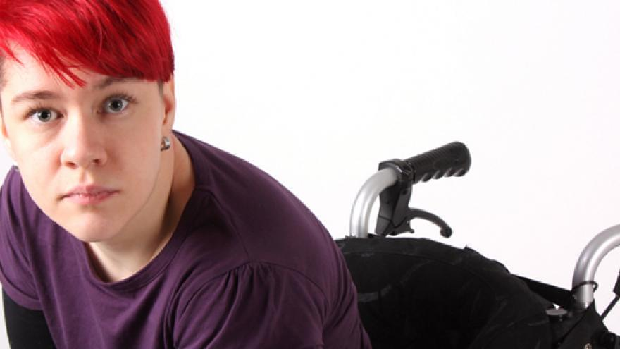 Imagen ilustrativa de joven usuaria de silla de ruedas