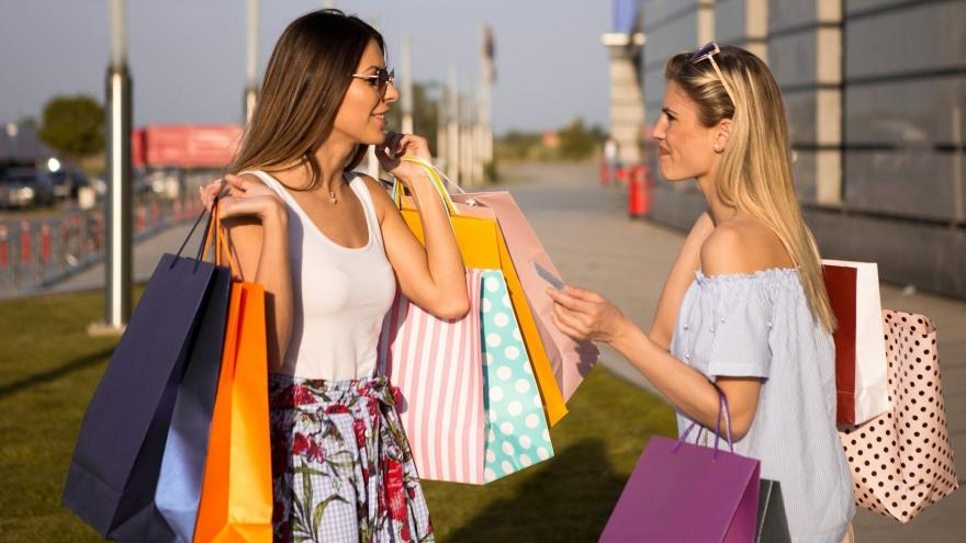 Imagen de un grupo de personas con bolsas de compras
